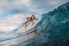 Menina bonita do surfista na prancha Mulher no oceano durante surfar Onda do surfista e do tambor fotos de stock