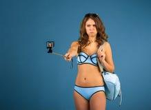 Menina bonita do turista com câmera da ação Imagem de Stock Royalty Free
