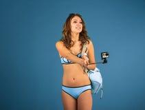 Menina bonita do turista com câmera da ação Foto de Stock