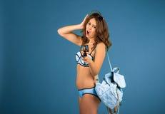 Menina bonita do turista com câmera da ação Imagem de Stock