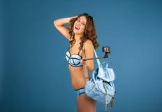 Menina bonita do turista com câmera da ação Foto de Stock Royalty Free