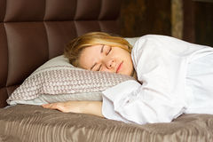 A menina bonita dorme no quarto Fotografia de Stock