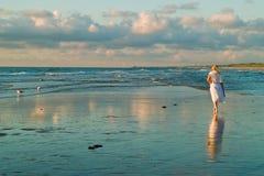 Menina bonita e as gaivotas Fotografia de Stock Royalty Free