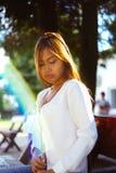 Menina bonita e o alargamento agradável do sol Fotos de Stock Royalty Free