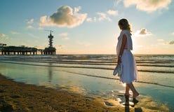 Menina bonita e o mar Fotos de Stock Royalty Free