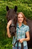 Menina bonita e seu cavalo considerável Imagem de Stock