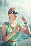 Menina bonita em bolhas de sopro da roupa do vintage Imagem de Stock