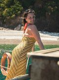 Menina bonita em férias perto das ilhas que descansam em um iate fotos de stock