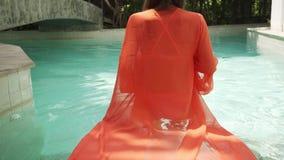 Menina bonita em nadadas longas cor-de-rosa de um vestido na associa??o A morena de encantamento em um vestido longo cor-de-rosa  vídeos de arquivo