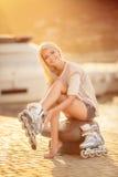 Menina bonita em patins de rolo no parque Fotografia de Stock Royalty Free