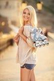 Menina bonita em patins de rolo no parque Imagem de Stock