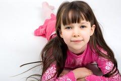Menina bonita em pijamas cor-de-rosa Fotografia de Stock