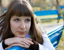 Menina bonita em um banco Fotografia de Stock