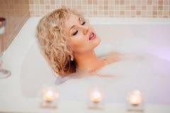 Menina bonita em um banho com espuma imagens de stock royalty free