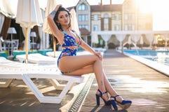 Menina bonita em um biquini 'sexy' perto da associação Fotos de Stock Royalty Free
