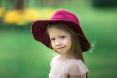 Menina bonita em um chapéu de Borgonha Imagens de Stock