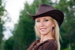 Menina bonita em um chapéu de vaqueiro Foto de Stock Royalty Free