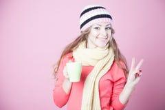 Menina bonita em um chapéu e em luvas, café quente bebendo fotografia de stock