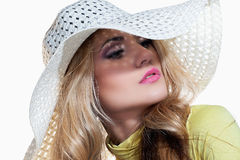 Menina bonita em um chapéu que aprecia o sol na praia Fotografia de Stock