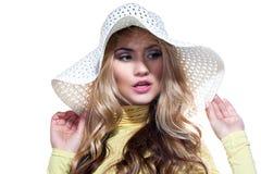 Menina bonita em um chapéu que aprecia o sol na praia Imagem de Stock Royalty Free
