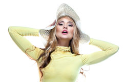 Menina bonita em um chapéu que aprecia o sol na praia Foto de Stock Royalty Free