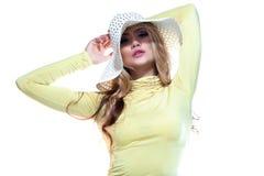 Menina bonita em um chapéu que aprecia o sol na praia Imagens de Stock