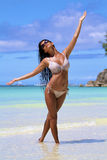 A menina em uma praia imagem de stock