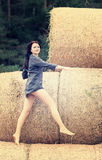 menina bonita em um fundo do monte de feno Imagens de Stock