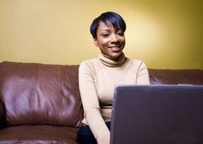 Menina bonita em um portátil imagem de stock