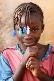 Menina bonita em um precário em Accra, Gana fotos de stock royalty free