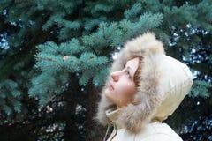 Menina bonita em um revestimento do inverno Fotos de Stock