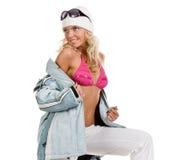 Menina bonita em um revestimento e em um chapéu de esportes Fotografia de Stock Royalty Free