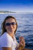 Menina bonita em um sailboat imagens de stock