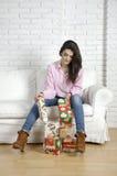 Menina bonita em um sofá branco Imagem de Stock