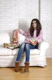 Menina bonita em um sofá branco Imagens de Stock Royalty Free
