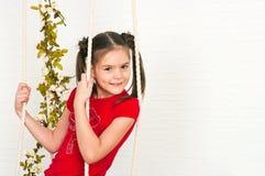 Menina bonita em um t-shirt vermelho Fotografia de Stock Royalty Free