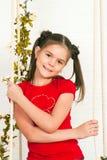 Menina bonita em um t-shirt vermelho Foto de Stock Royalty Free