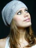 Menina bonita em um tampão cinzento com pastas Imagem de Stock Royalty Free