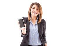 Menina bonita em um terno que guarda um smartphone Fotografia de Stock