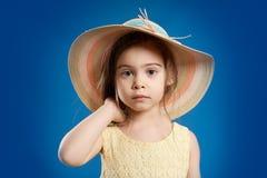 Menina bonita em um vestido amarelo e em um chapéu do verão Foto de Stock Royalty Free