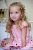 Menina bonita em um vestido cor-de-rosa Foto de Stock Royalty Free