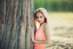 Menina bonita em um vestido cor-de-rosa na floresta Fotografia de Stock