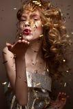 A menina bonita em um vestido e em um ouro de noite ondula Modele na imagem do ` s do ano novo com brilho e ouropel fotos de stock royalty free