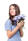 Menina bonita em um vestido em uma gaiola azul com chrysanthe das flores fotografia de stock royalty free