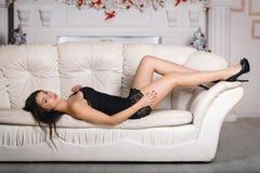 Menina bonita em um vestido preto Fotos de Stock Royalty Free