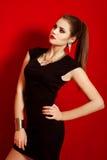 Menina bonita em um vestido preto pequeno na moda Fotografia de Stock