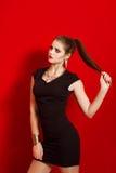 Menina bonita em um vestido preto pequeno na moda Imagens de Stock Royalty Free