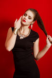 Menina bonita em um vestido preto pequeno na moda Imagens de Stock