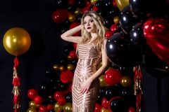 Menina bonita em um vestido 'sexy' em um estúdio em um fundo dos ballons imagens de stock royalty free