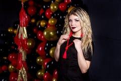 Menina bonita em um vestido 'sexy' em um estúdio em um fundo dos ballons foto de stock royalty free